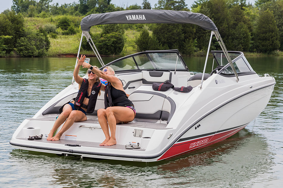Yamaha boats sx210 2018 white red stern swim platform for 2018 yamaha jet boat